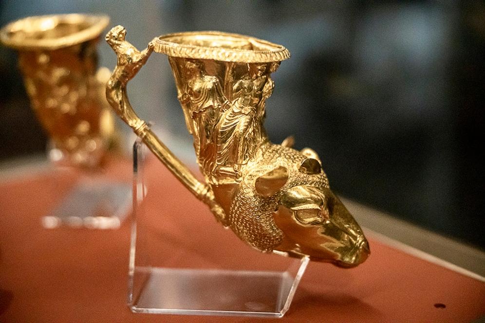 Ритон с глава на овен. Представени са Дионисис и вакханката Ериопе.