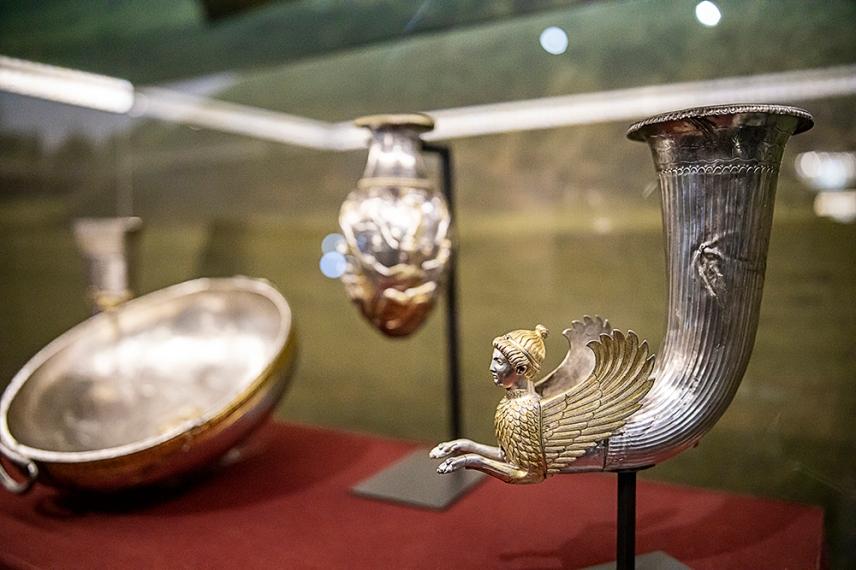 Боровско съкровище - сребро с позлата, първа половина на IV век преди Хр. Ритон с протоме на свинкс.