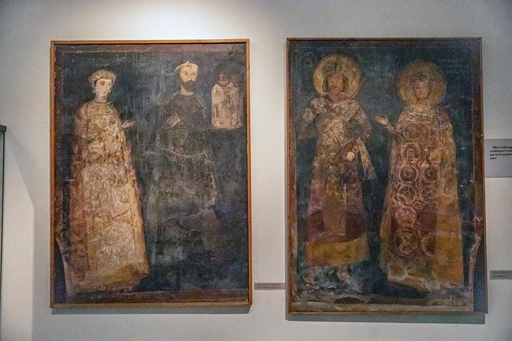 ляво: Копие на стенопис Севастократор Калоян и Десислава 1259 г. дясно: Копие на стенопис Цар Константин Асен и царица Ирина. Оригиналите са в Боянската църква.