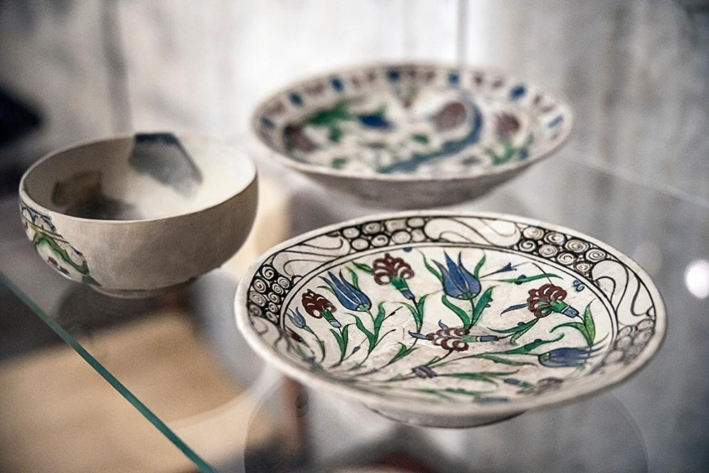 Керамични чинии.