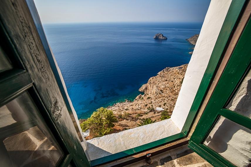 През прозореца на манастира гледката е приказна