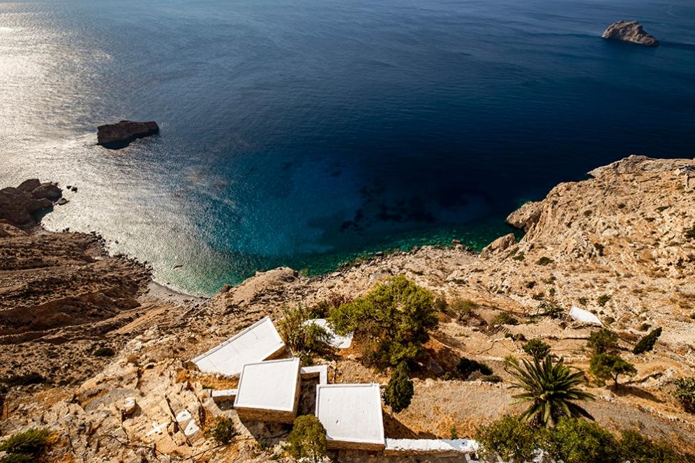 Построен в лицето на скала, манастирът осигурява спираща дъха гледка към искрящите сини води на Егейско море.