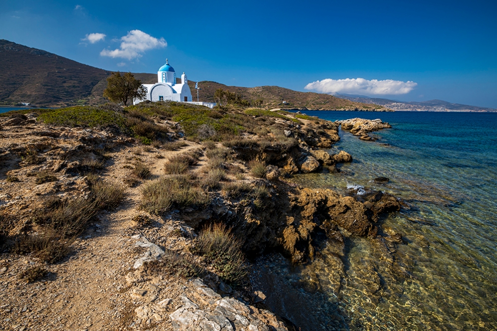 Бяла църква на малък полуостров до плажа Малтези