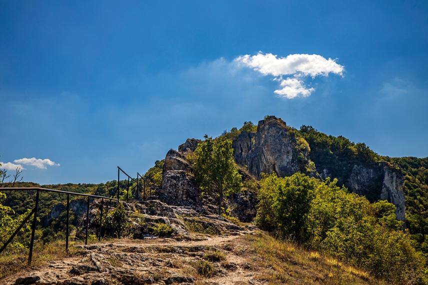 Пътеката към църквата Света Богородица - една от Ивановските скални църкви.