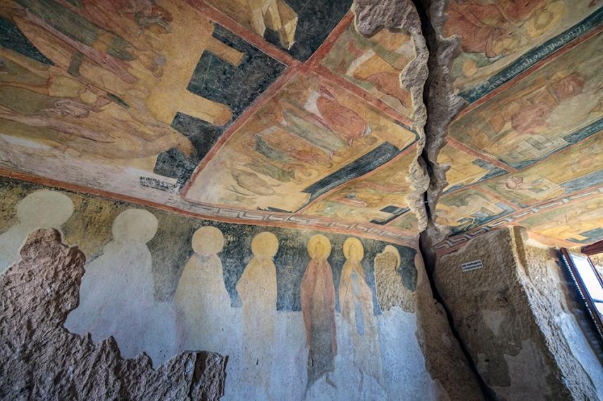 Стенописите в църквата Света Богородица - една от Ивановските скални църкви.