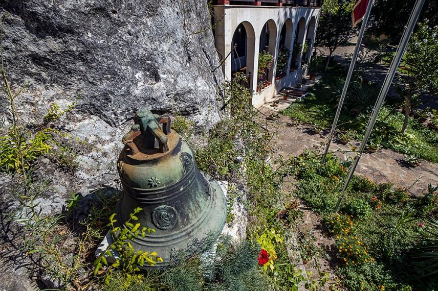 """В двора на скалния манастир """"Св. Димитър Басарбовски""""."""