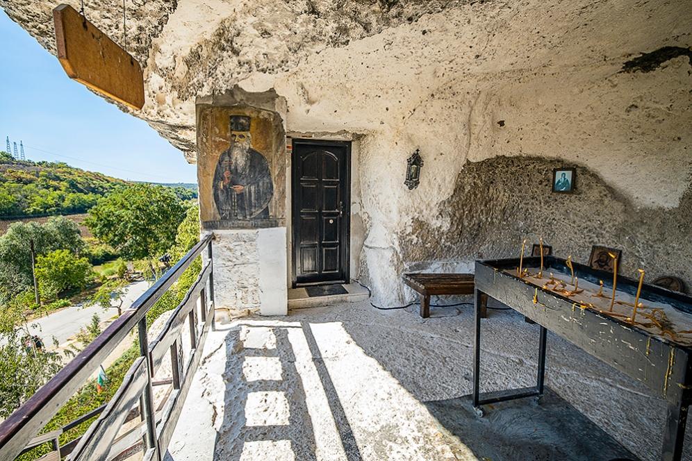 """Скалният манастир """"Св. Димитър Басарбовски""""."""