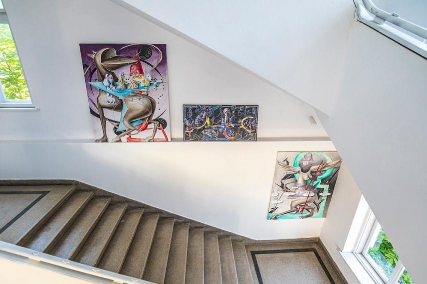 По стълбището на Бялото училище - център за изкуство в село Стоките.