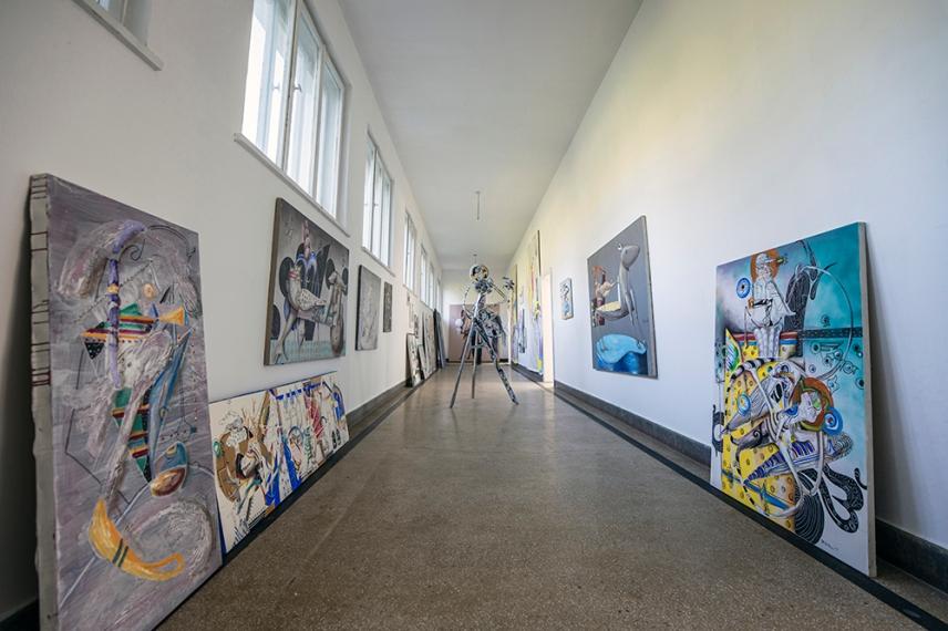 В коридорите на Бялото училище - център за изкуство в село Стоките.