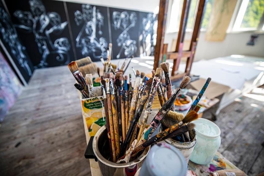 Ателието на художниците в Бялото училище - център за изкуство в село Стоките.