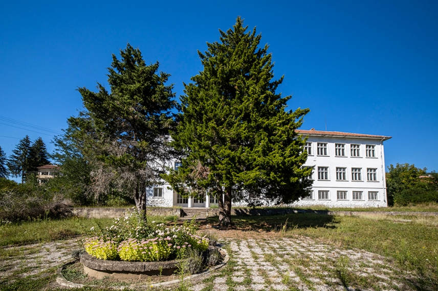 Бялото училище - център за изкуство в село Стоките.