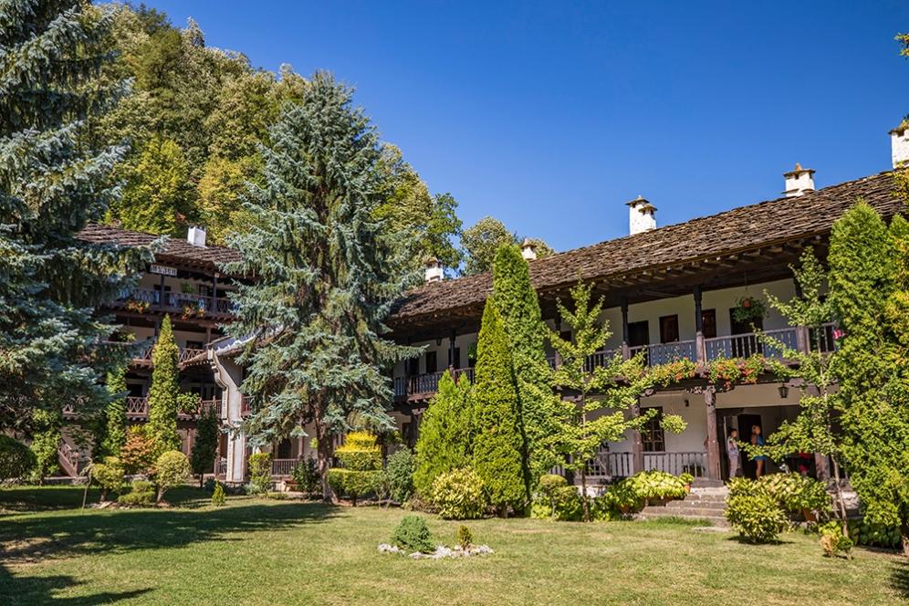 Средния двор в Троянския манастир.