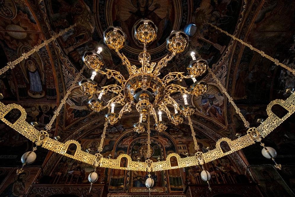 Разкошните полилеи в църквата на Троянския манастир.