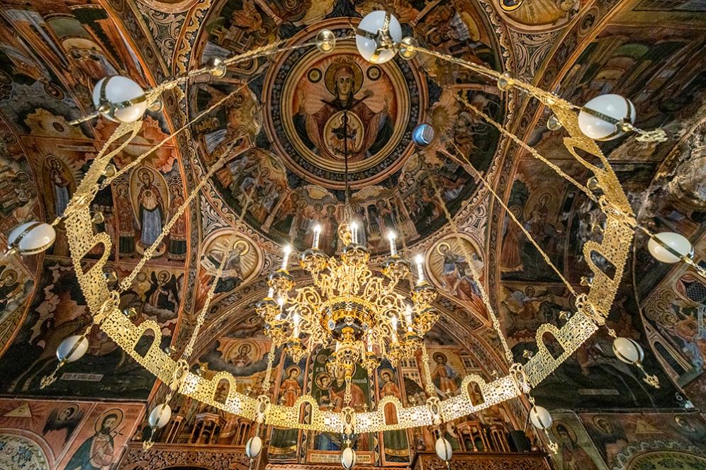 Главната църква със стенописите на Захари Зограф и разкошните полилеи.