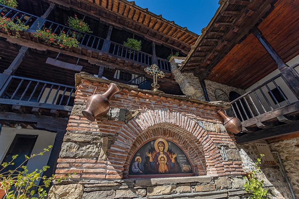 Чешма в южния двор на Троянския манастир.