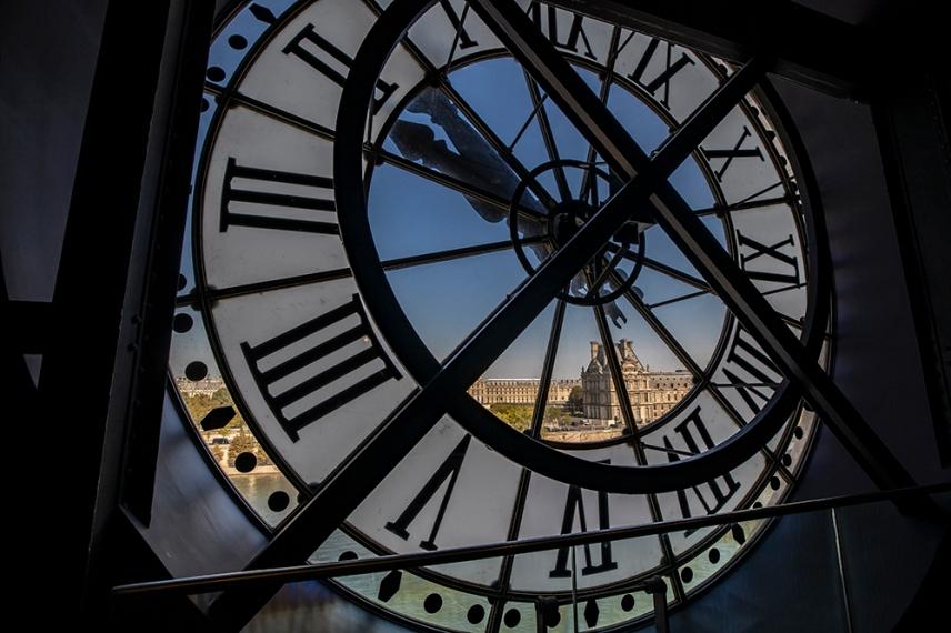 Гледка към Лувъра от прозореца с часовника - музея Орсе.