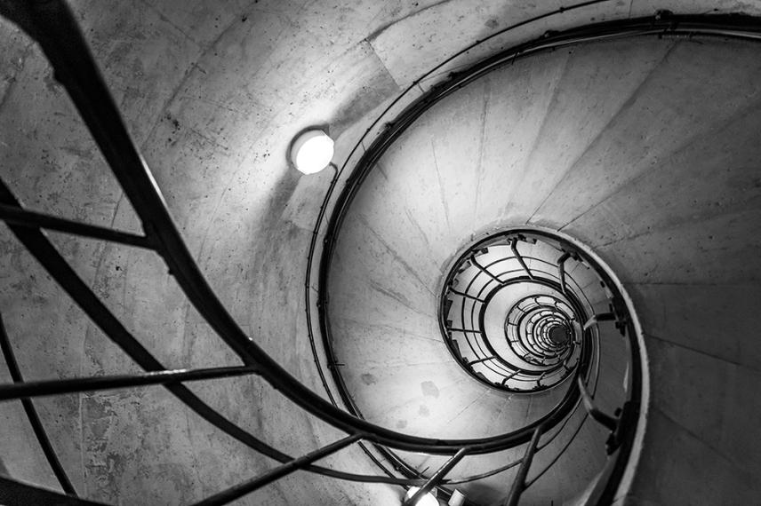 По стълбите на Триумфалната арка, Париж.