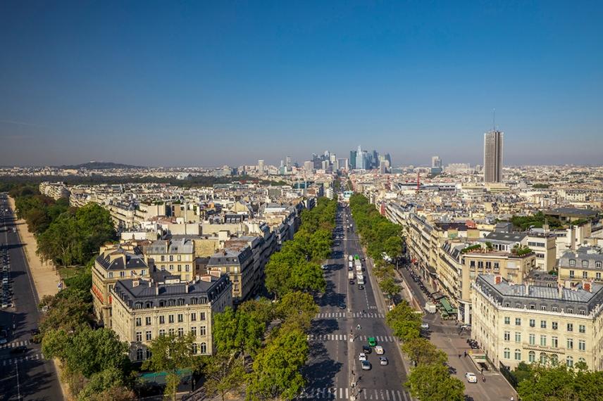 В далечината кв.Дефанс, Париж.
