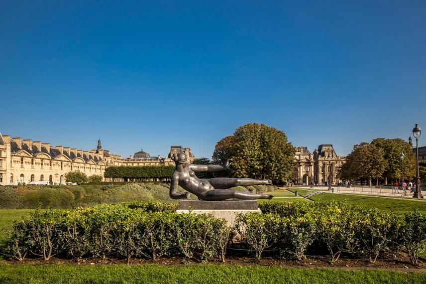 В градината Тюйлери пред Лувъра.
