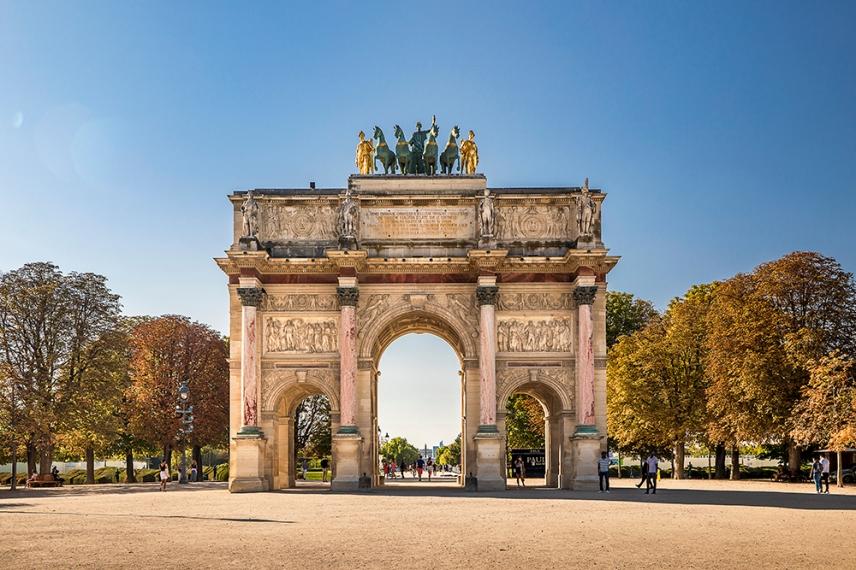 Триумфалната арка Карусел в градината Тюйлери пред Лувъра.