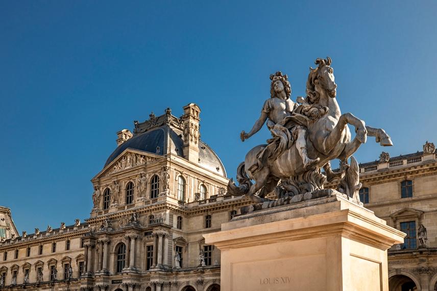 Паметник на Луи 14 пред Лувъра.