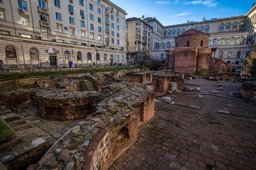 В дясно. Залата октагон на голяма обществена сграда от древна Сердика.